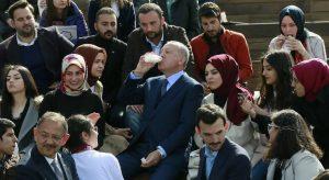 Erdogan toma un yogur rodeado de estudiantes en Ankara. ©AP